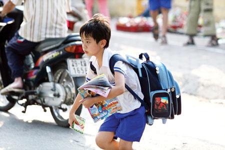 Cõng trên lưng chiếc cặp to hơn người là hình ảnh thường thấy ở tiểu học