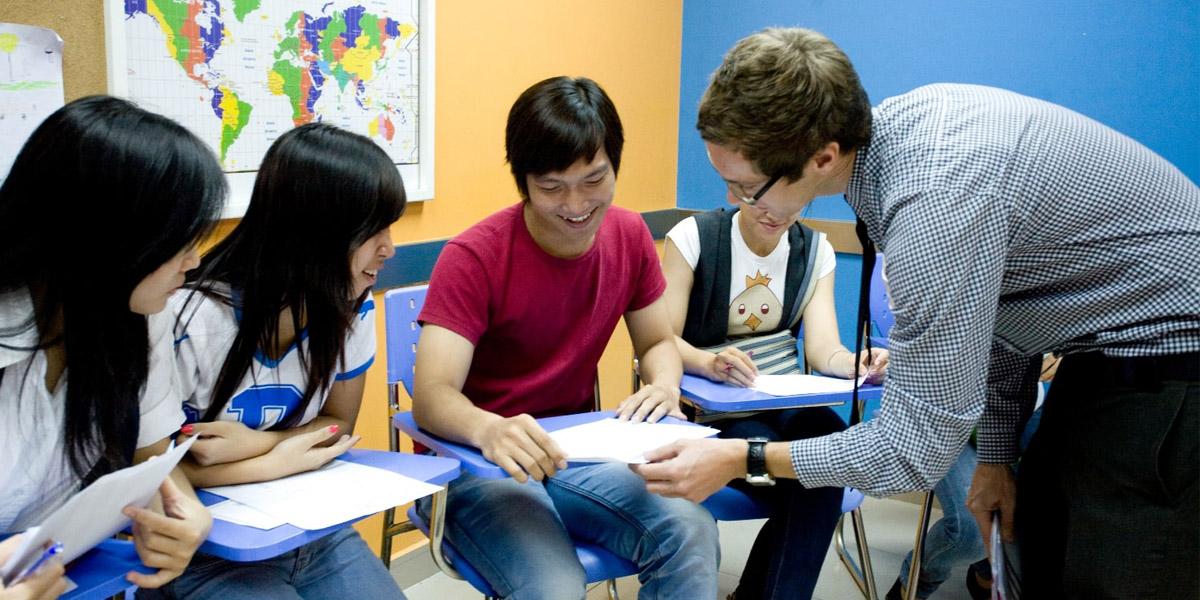 Giáo viên sẽ hướng dẫn cụ thể từng lỗi sai cho học viên RES
