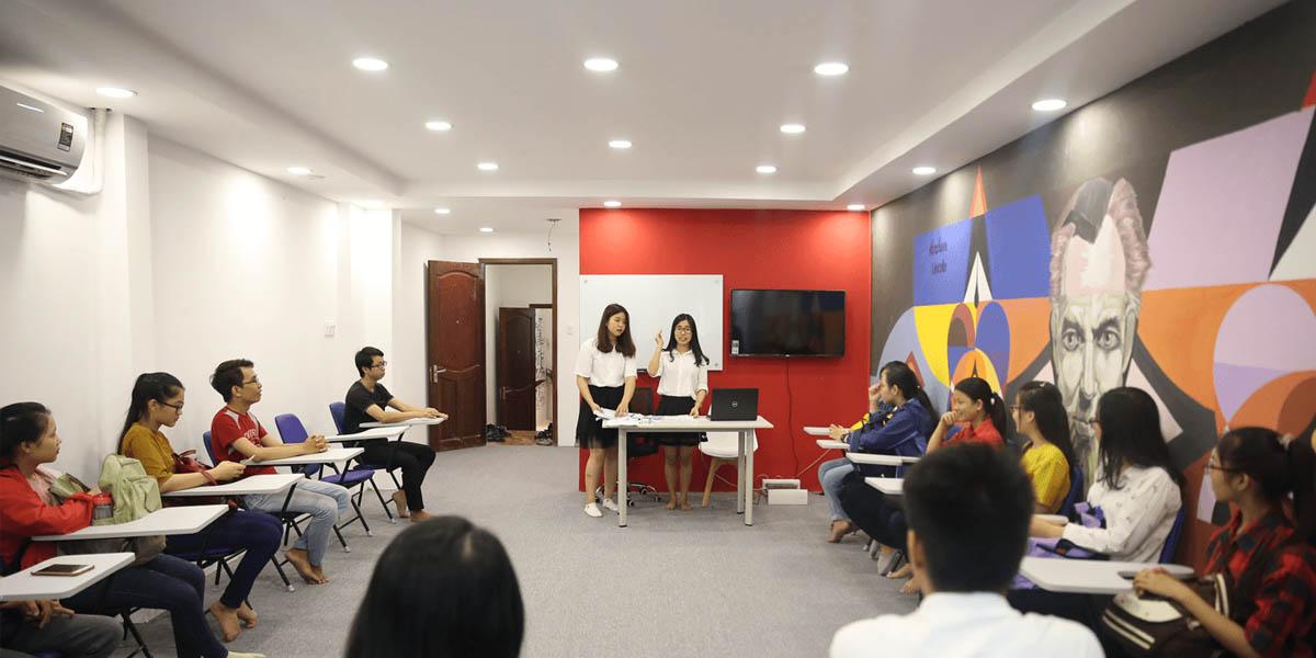 Học viên trong một giờ học tại anh ngữ Jaxtina