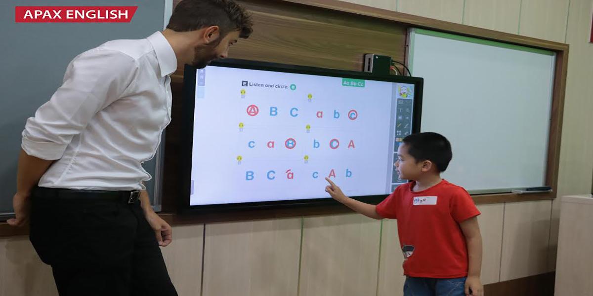 Một giờ học dành cho trẻ em với màn hình trực quan tại Apax English