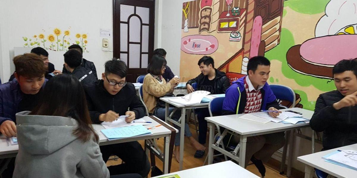 Học viên trao đổi, thực hành trong giờ học của trung tâm tiếng Nhật Koise