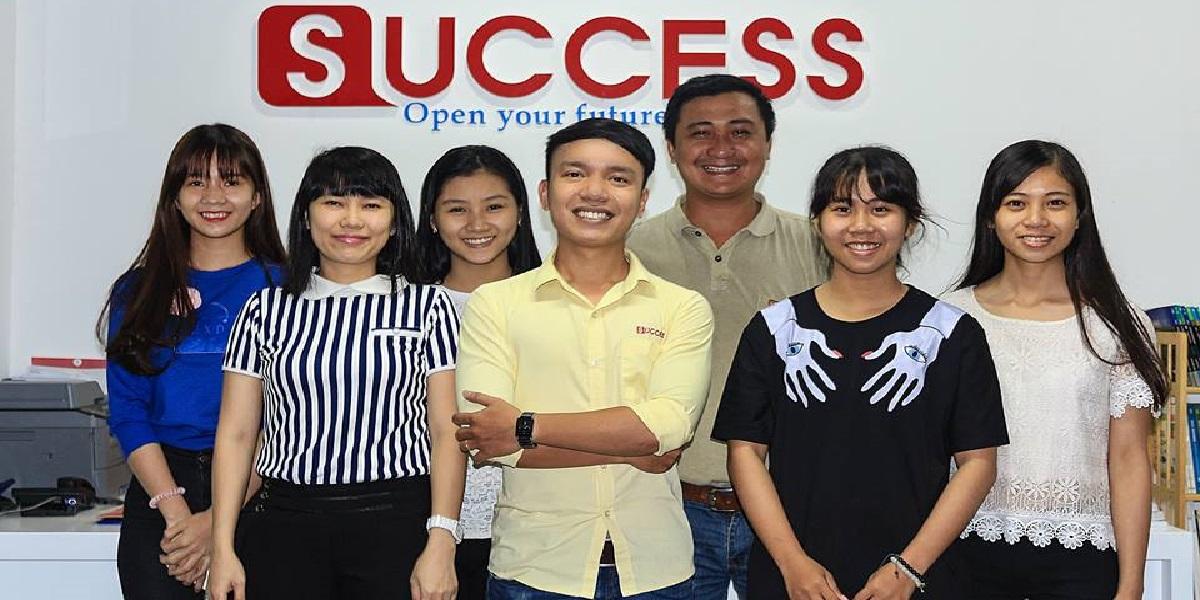 Thầy Phong và học viên tại trung tâm anh ngữ Success.