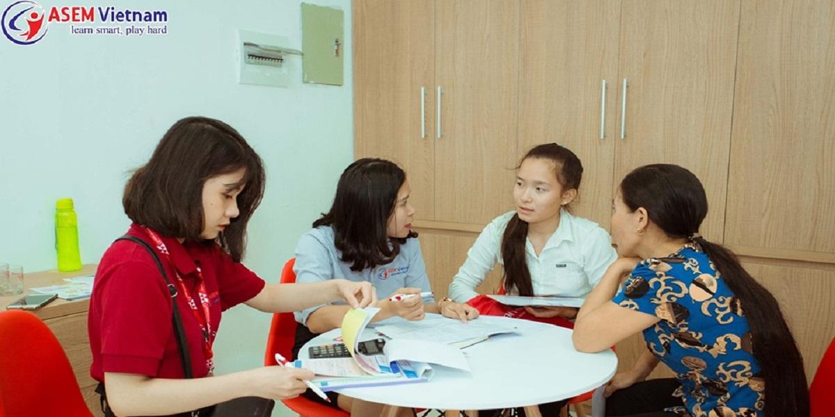 Tư vấn chương trình học tại trung tâm anh ngữ Asem.