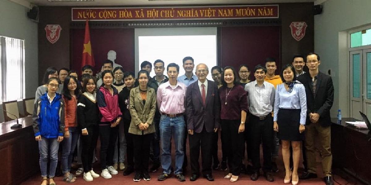 Giáo viên tại trung tâm giáo dục quốc tế - Đại học Huế.