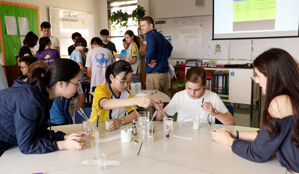 Buổi học thực nghiệm tại trường quốc tế liên hợp quốc Hà Nội.