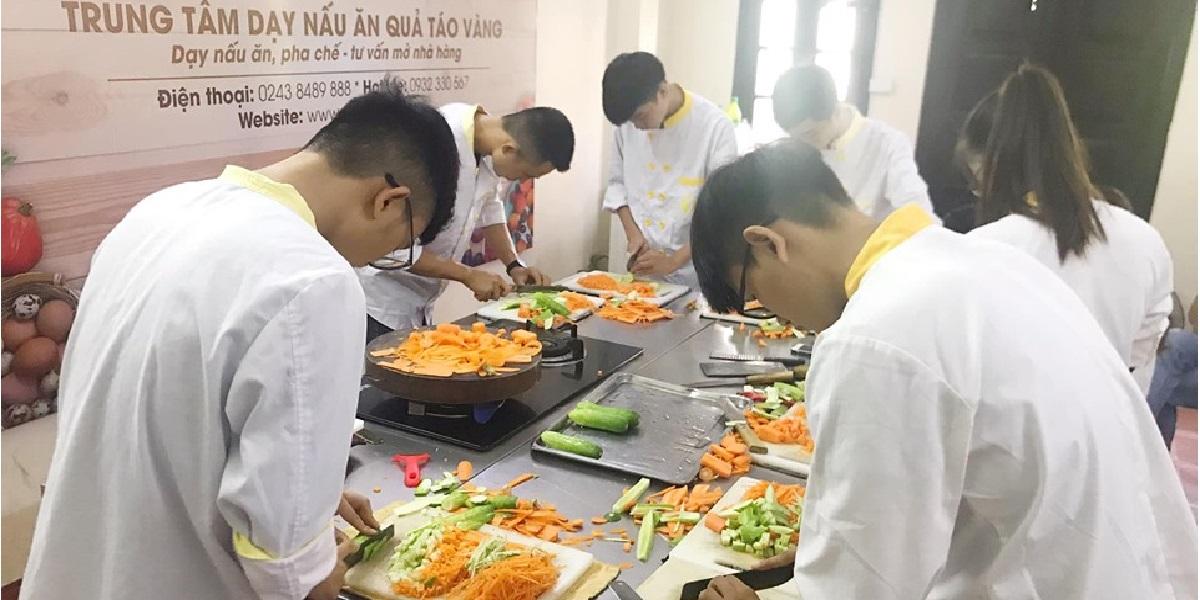 Buổi học nấu ăn tại Trung tâm dạy nấu ăn quả táo vàng.