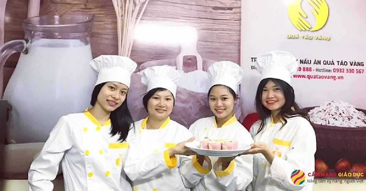 Học viên tại trường dạy nấu ăn Quả Táo Vàng.