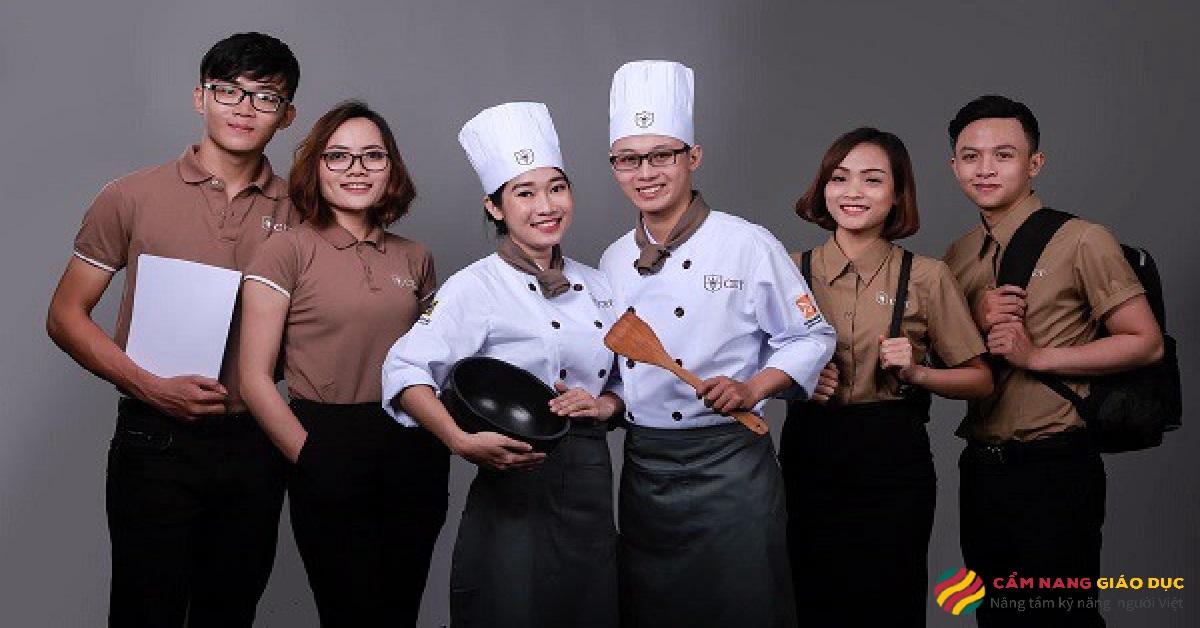 Giáo viên và học viên trường dạy nấu ăn CET.