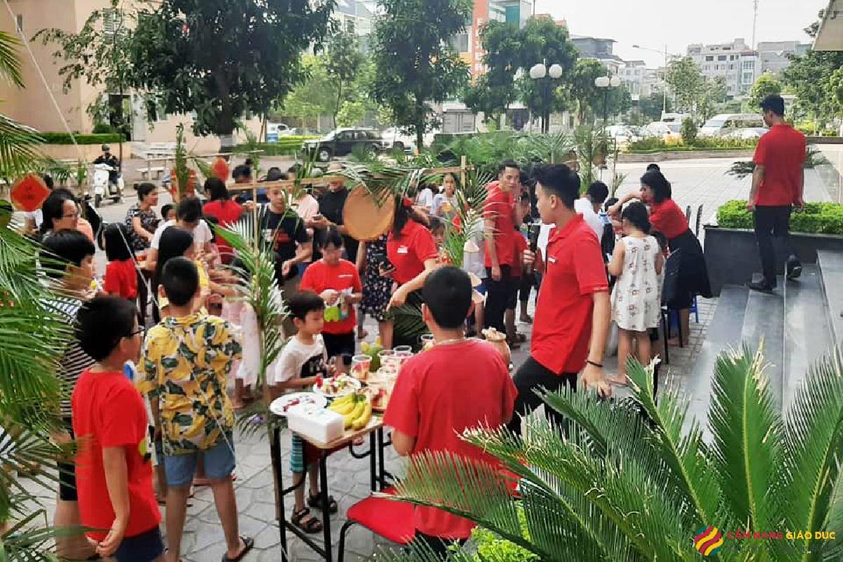 Trung tâm tiếng Anh Đà Nẵng Apax - Trải nghiệm lớp học thông minh: Tivi cảm ứng, trường quay thu nhỏ.